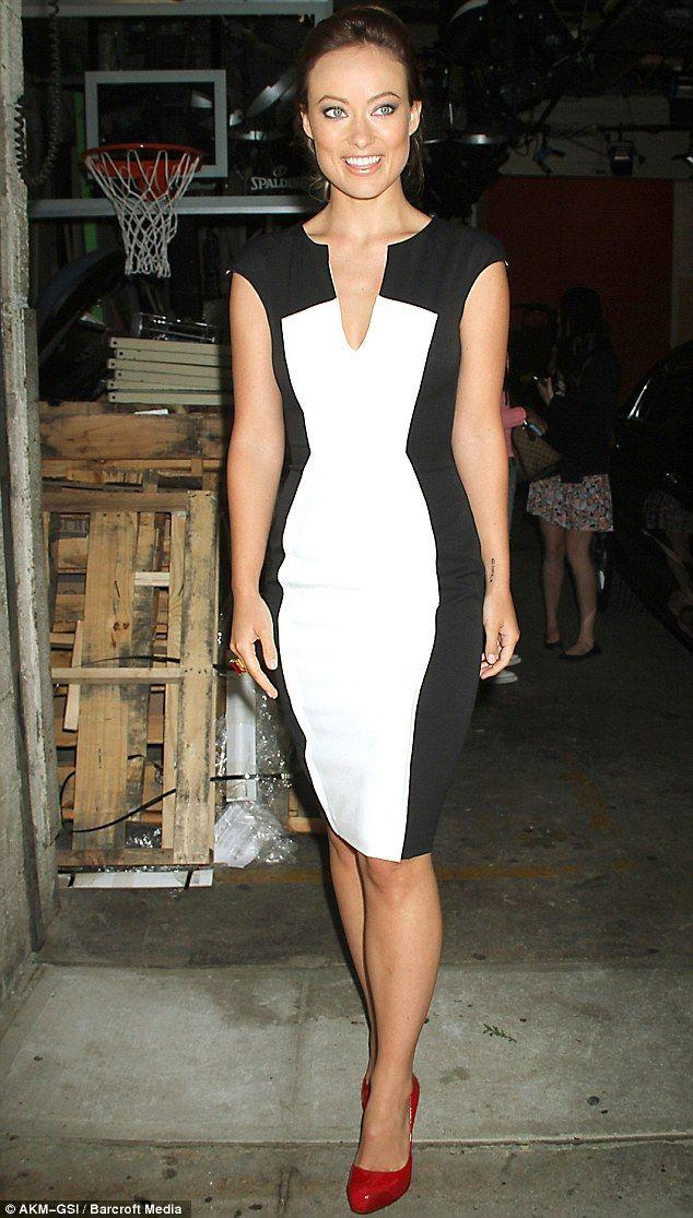 Wedding - Olivia Wilde Looks Even More Slender In A Two-toned Optical Illusion Shift Dress