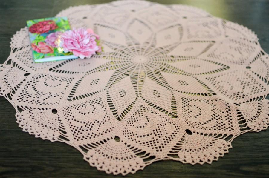 Boda - Pale pink or salmon colored tender round tablecloth or crochet doily