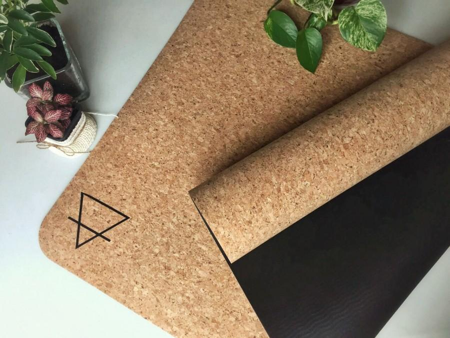 Hochzeit - eco friendly cork yoga mat provides exceptional grip - the perfect yoga mat for all yogis, hot yoga goers, pilates, meditation lovers