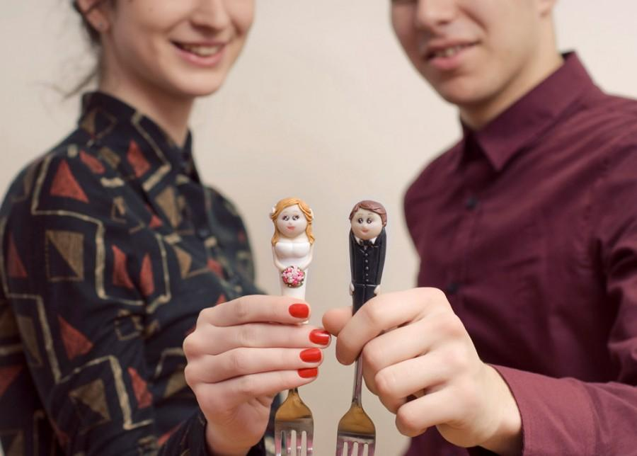 Свадьба - Personalized Wedding Cake Topper Fork Bride and Groom Polymer clay Unusual Wedding Cake Decoration