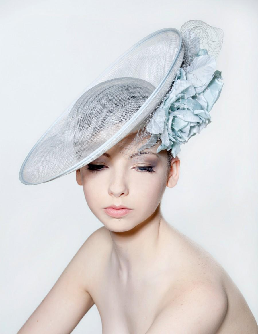 Mariage - Sinamay saucer with double full blown silk rose spray and veiling perfect for a wedding/ the Melbourne Cup.