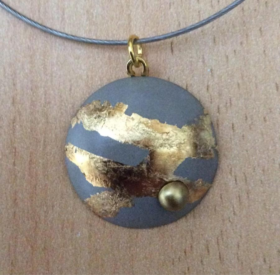 Boda - Pendant in concrete, around finished with gold leaf and a Pearl
