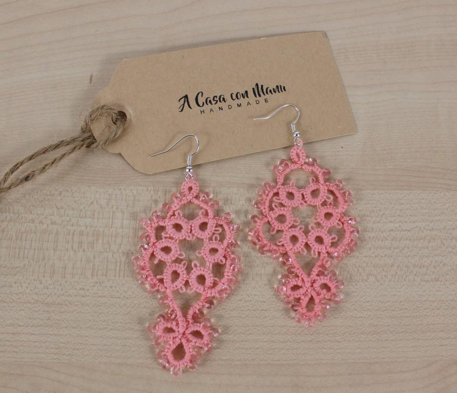 Hochzeit - Orecchini pendenti in pizzo chiacchierino, lace tatting earrings, orecchini color rosa salmone, bijoux, gioielli di boho, damigella di nozze