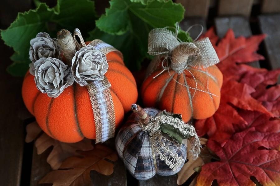 Mariage - Halloween fabric stuffed pumpkins Set of 3 pumpkins Halloween pumpkin home decor Plush pumpkin Rustic Halloween decor Pumkin fabric ornament