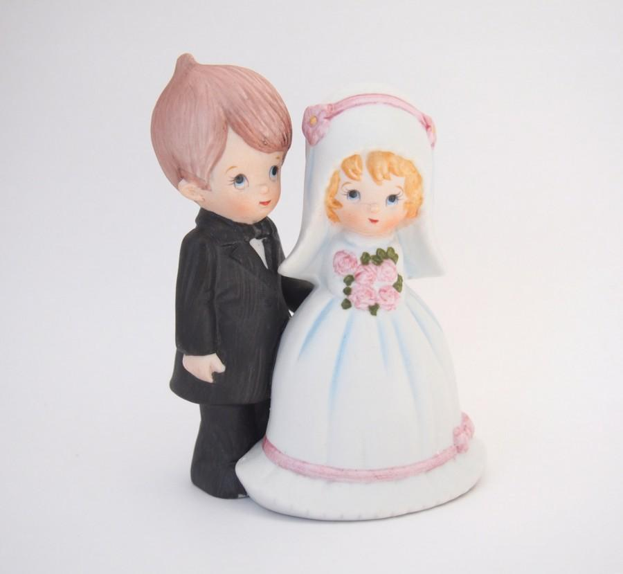 Свадьба - Vintage Wedding Cake Topper of Sweet Bride and Groom Cute Figurine, Ceramic Wedding Cake Decorative, Cottage Chic Rustic Budget Pair Classic