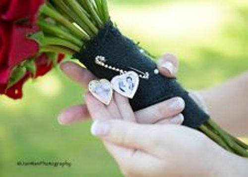 Свадьба - Wedding Bouquet Memory Photo Locket Pin, Boutonniere, Photo Charm,  Memorial Photo Frame, Heart Locket, Bride Keepsake