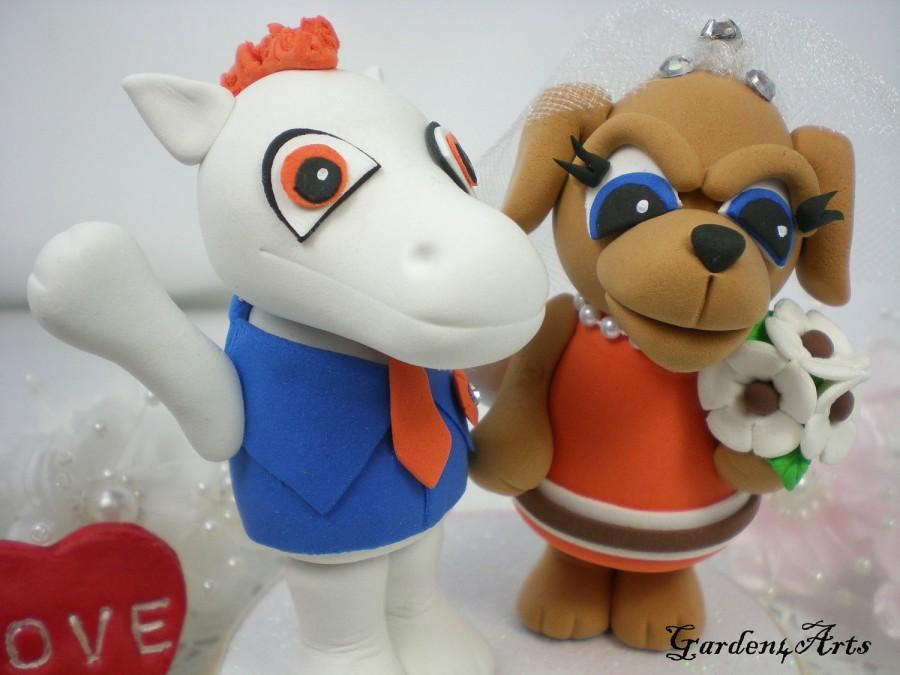 Свадьба - Custom Mr. and Mrs. Wedding Cake Toppper--Love Mascot Couple(NFL Denver & Cleveland) with circle clear base--NEW