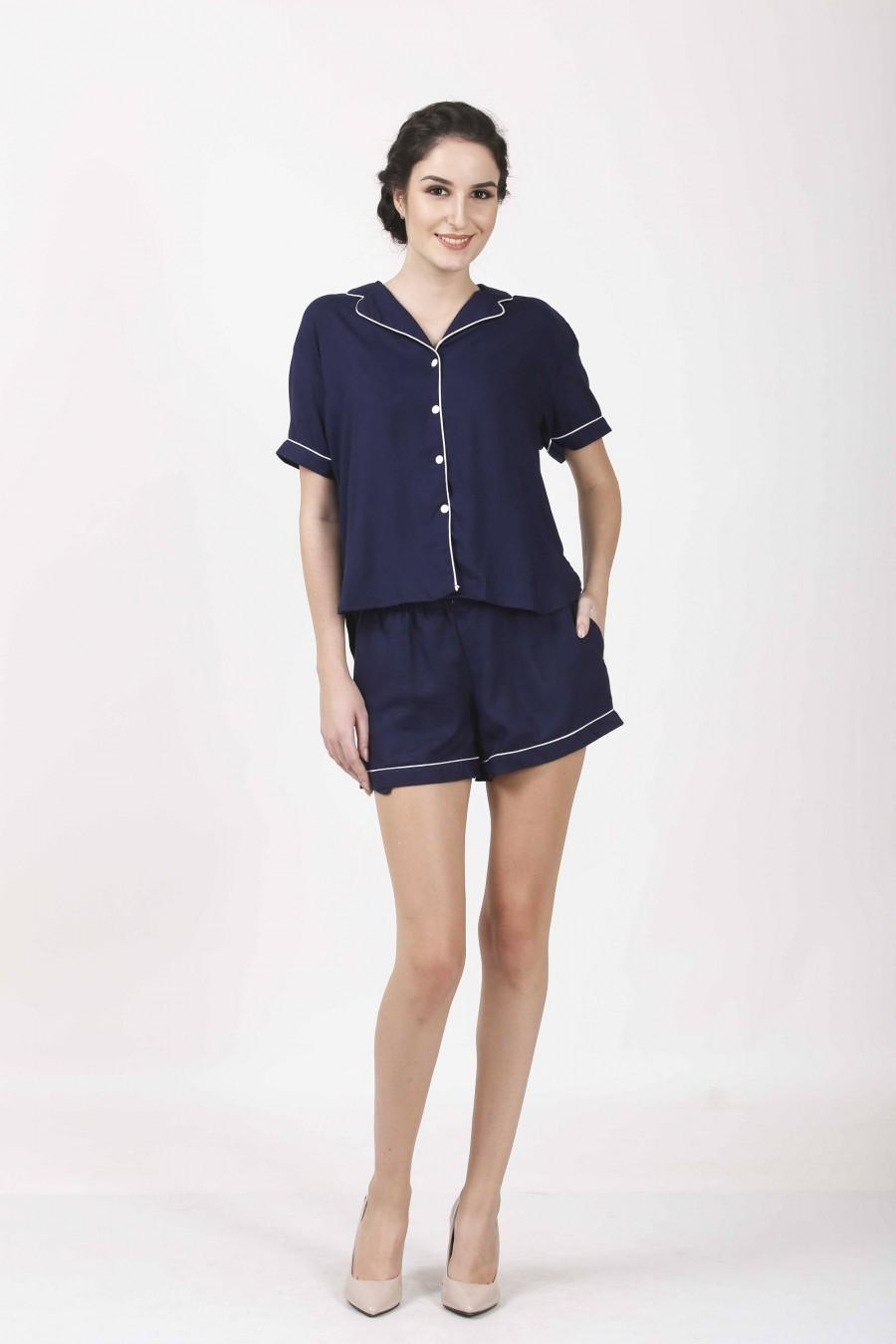 Свадьба - NAVY Blue pjs, Shirt With Monogram, Embroidery on shirt, Bridesmaids Shirts, Set of 9, Button Down, Gift for her, Set of 11