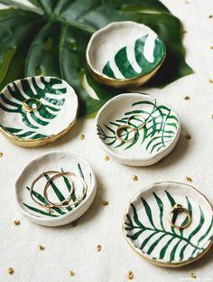 Hochzeit - Make DIY Trinket Dishes With Tropical Leaves