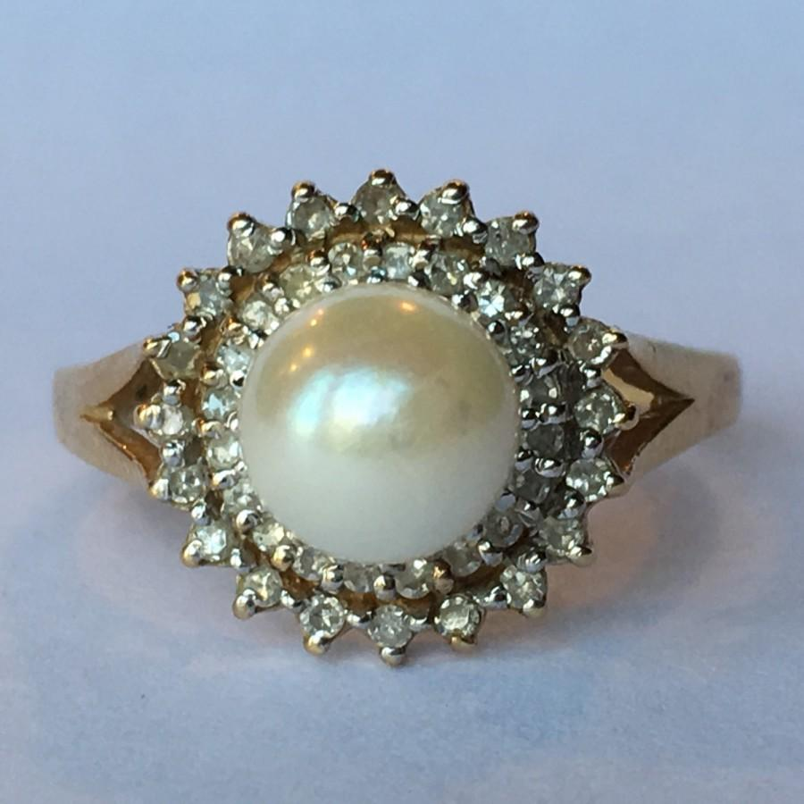 Mariage - Vintage Pearl Ring. Diamond Halo. 10K Yellow Gold. Estate Jewelry.  June Birthstone. 4th Anniversary. Unique Engagement Ring. Estate Jewelry