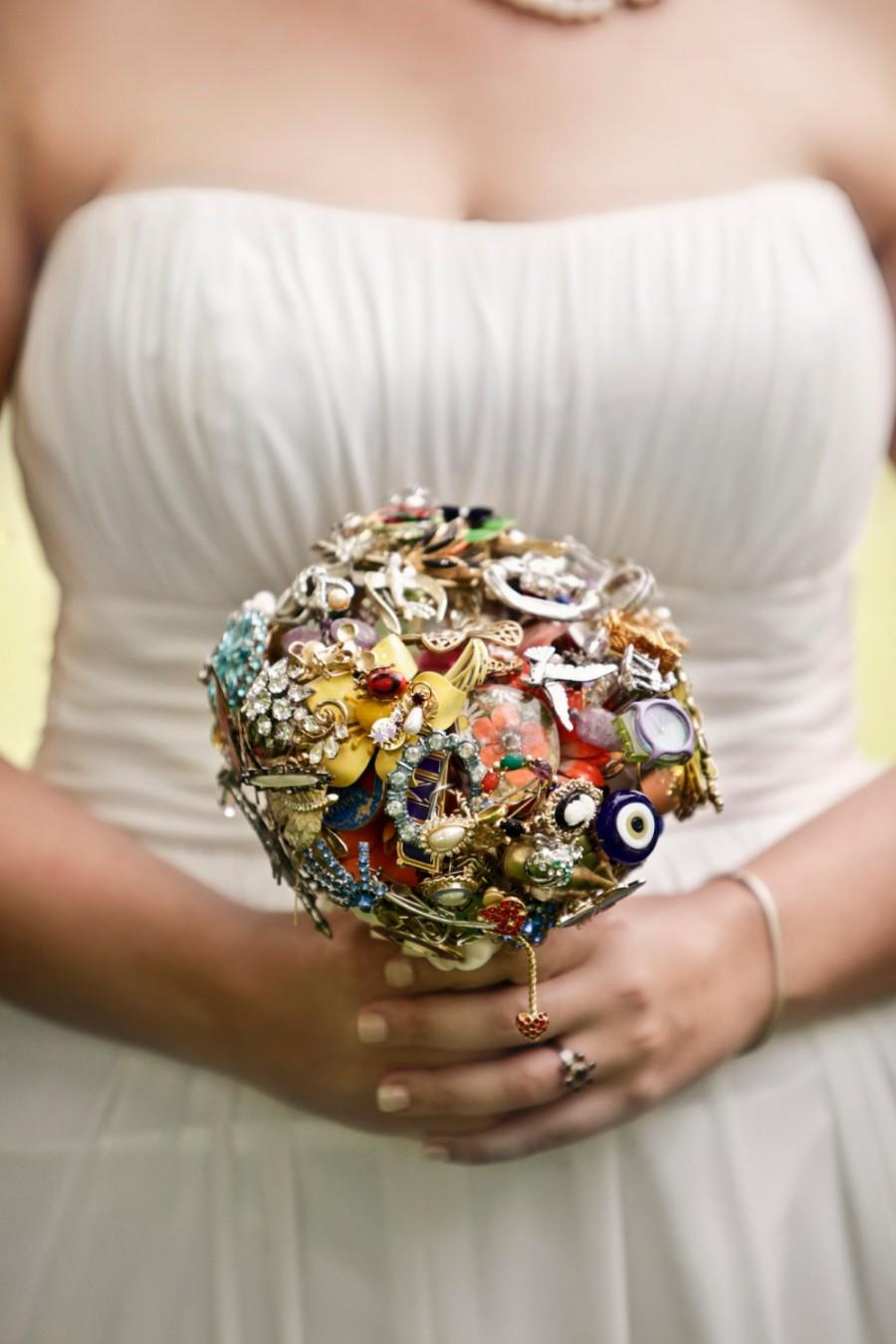 Mariage - CUSTOM Wedding Vintage Family Heirloom Brooch Bouquet - you send me your collection and I will make you an amazing bouquet
