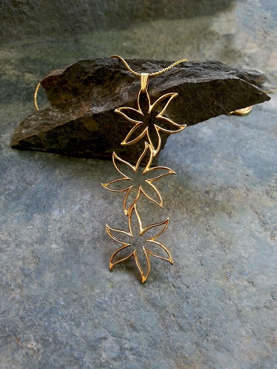 Mariage - Gift For Women, Triple Flowers Necklace, Wedding Necklace, Gold Flowers Necklace, Gold Bridal Necklace, Gold Flowers Pendant, Bloom Necklace
