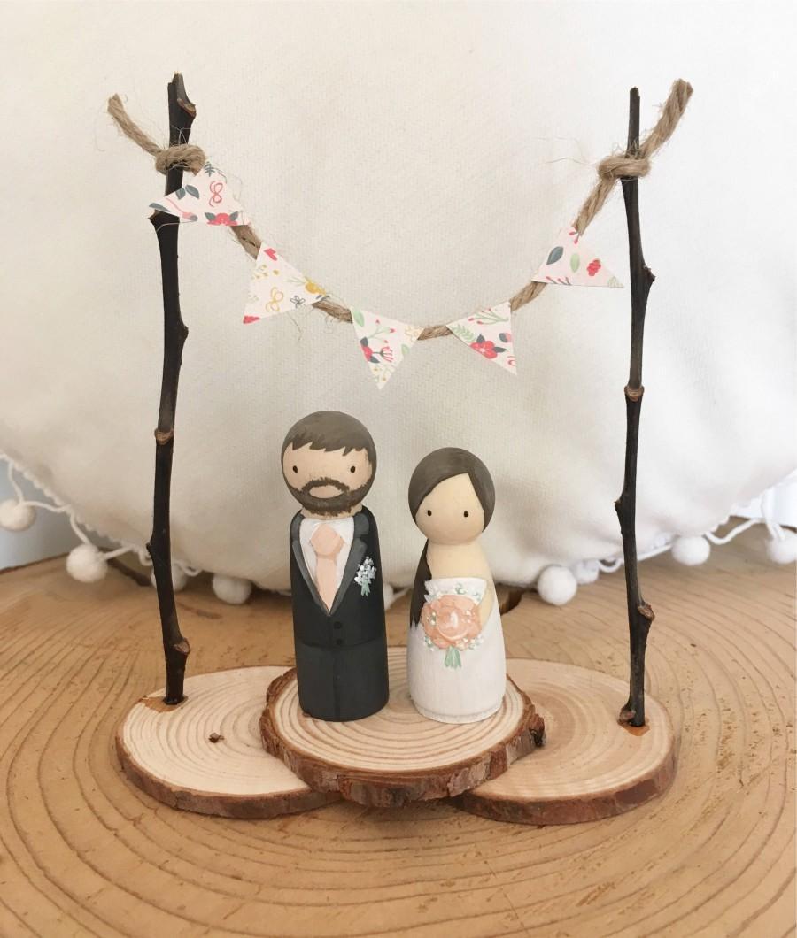 Свадьба - Rustic bride & groom personalised wedding cake topper peg dolls bunting and woodslice festival , vintage and barn theme pegdoll