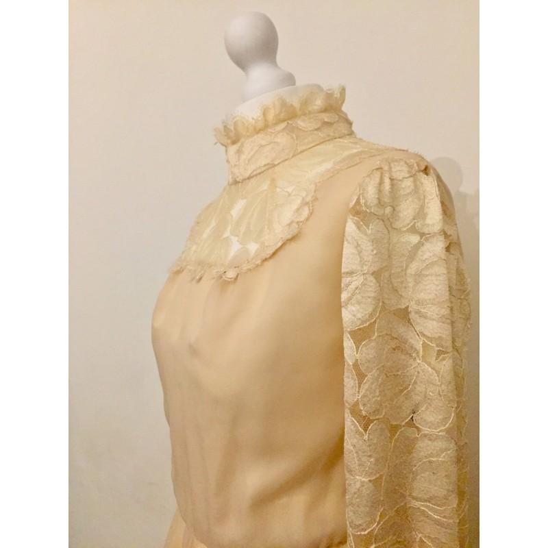Mariage - Beautiful Vintage 1970's Ivory Wedding Dress. Floaty, Boho with Lace Yoke. - Hand-made Beautiful Dresses