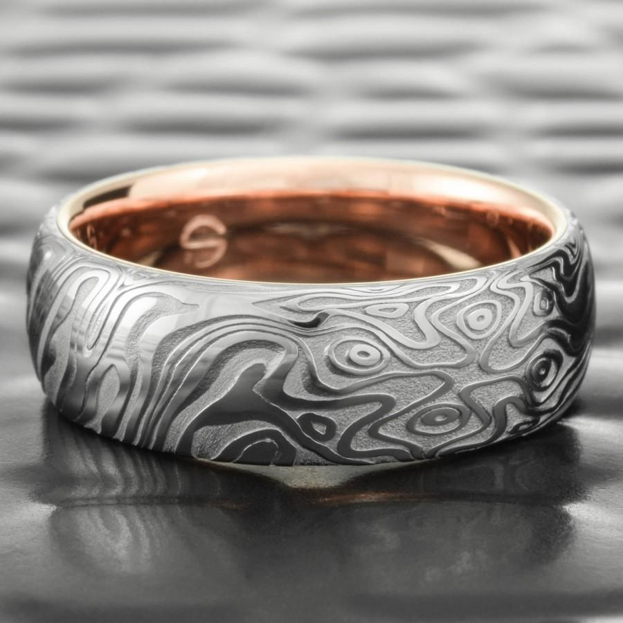 Mariage - Damascus Steel Polished Domed Wedding Ring for Men with 14k Rose Gold Liner. Unique Organic Woodgrain Bold Masculine