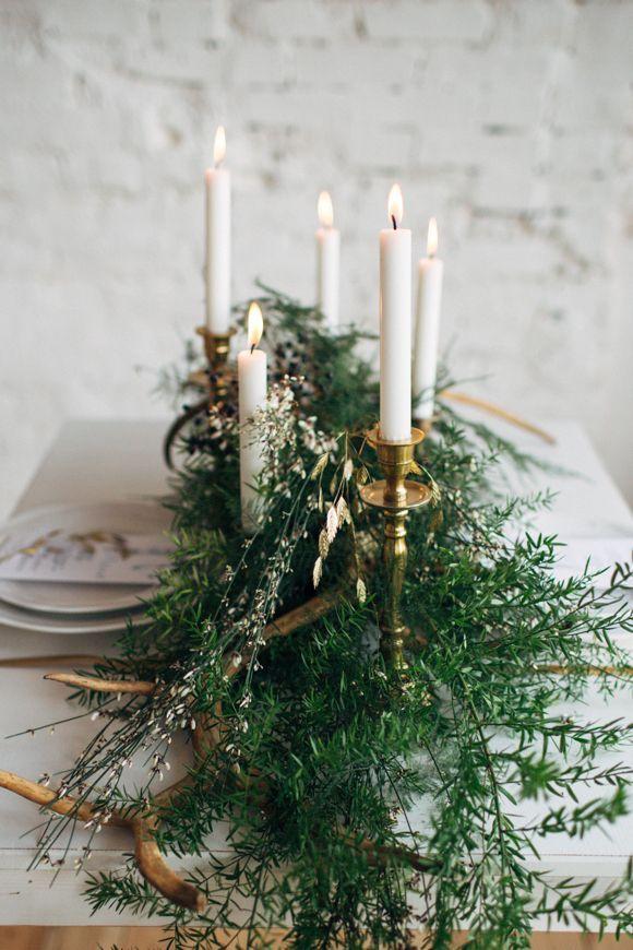 زفاف - Tablescape With White Candles And Ferns