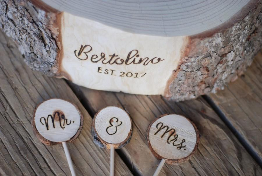 Hochzeit - Mr. & Mrs. Wood Slice Cake Topper - Handmade Wood Burned - Buy in Addition to Custom Match Base - Rustic Country Woodland Wedding Decoration