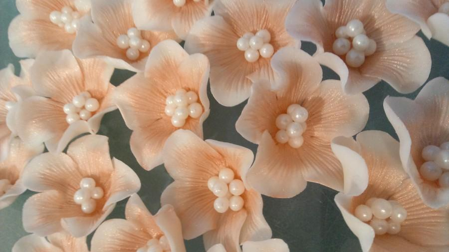 "Hochzeit - 26 Edible Rose Gold/any color 1.5"" VEINED RUFFLE Flowers /beautiful pearl centers/Cake decoration/sugar flowers/wedding"