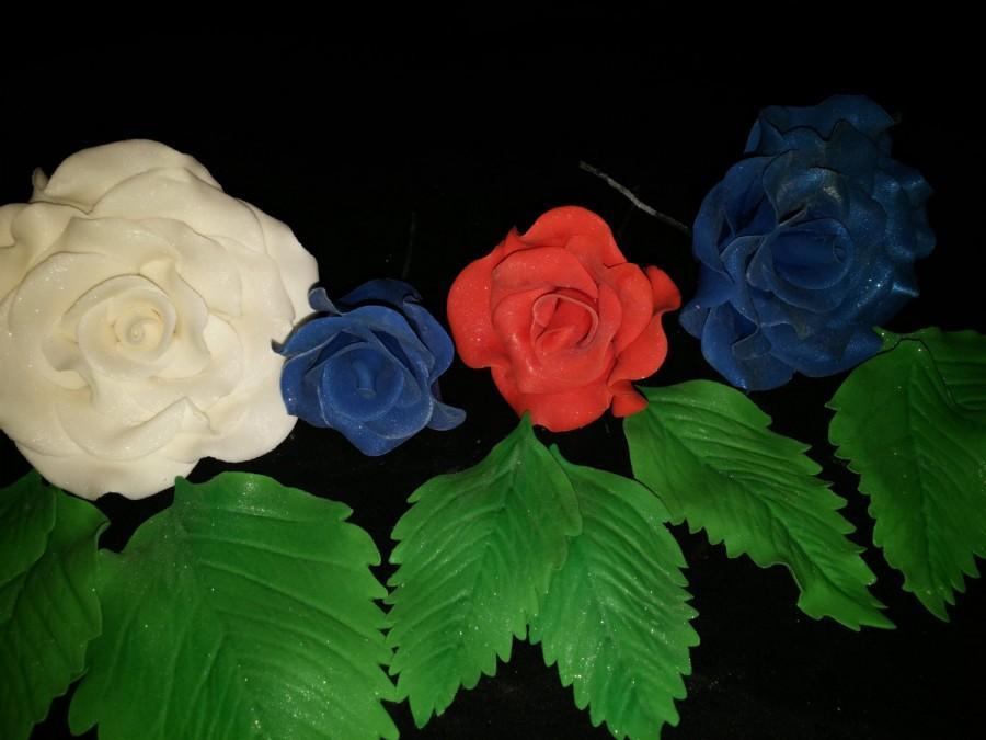 Hochzeit - 6 Edible patriotic ROSES with LEAVES/ Any color / Gum paste / fondant / Cake decoration /  sugar flower / wedding cake decoration