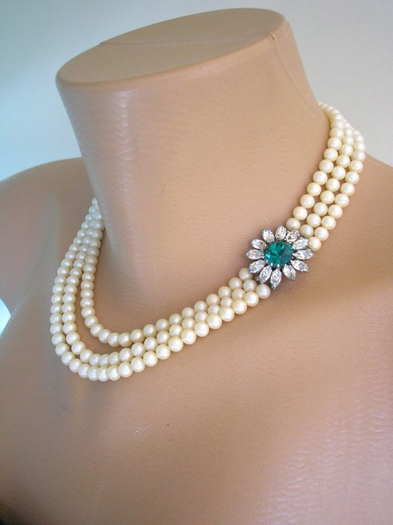Hochzeit - Vintage 3 Strand Cream Pearl Necklace With Emerald Rhinestone Clasp, Vintage Pearls, Emerald Bridal Jewelry, Mother Of The Bride, Downton