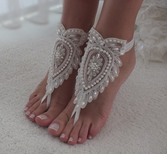 Mariage - Ivory barefoot sandals, Bridal shoes, Lace sandals, Wedding anklet, Beach wedding lace sandals, Bridesmaid gift, Beach Shoes