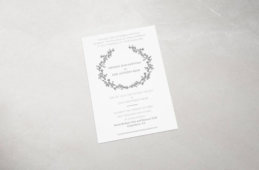 Свадьба - Elegant modern wreath monogram wedding invitations