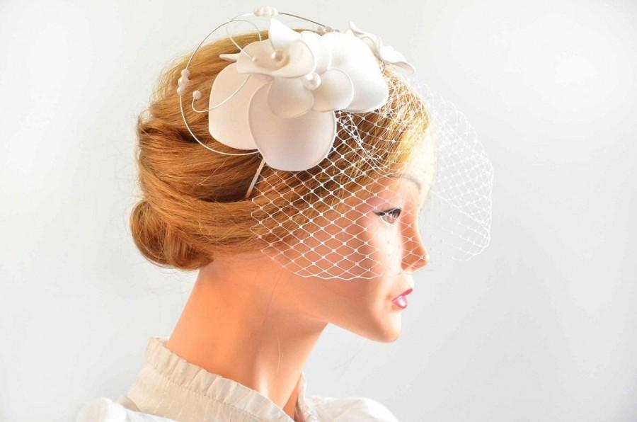 b230e32169ea2 White fascinator with birdcage veil Birdcage veil fascinator Bridal veil  clip Wedding fascinator Wedding hair accessories Hair pin