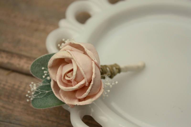 Mariage - Blush pink boutonniere, grooms flower, pin on sola wood flower, blush wedding flowers, groomsmen, ecoflower, wooden lapel flower, FREE SHIP