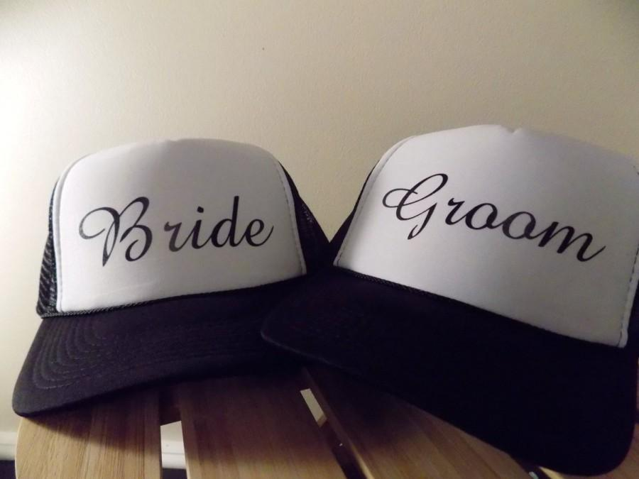 Mariage - Pair of Bride & Groom Trucker Hats. Great for the Honeymoon. Choose your colors and fonts.