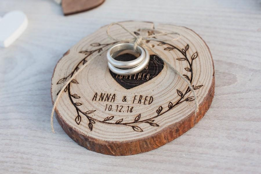 Hochzeit - Rustic Wedding Ring Holder -Custom wedding ornament - Ring Bearer Pillow Wood Slice - Ring Pillow Alternative - Engraved log slice