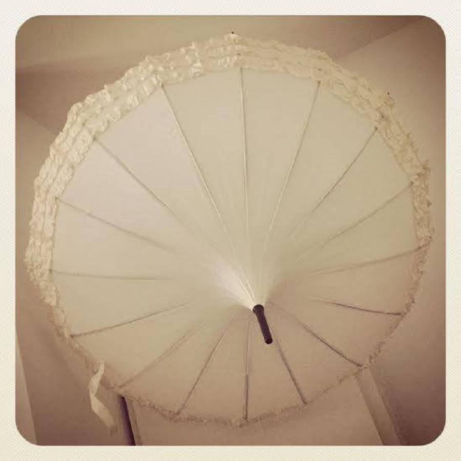 زفاف - Frilled Wedding Pagoda Umbrella - Ivory Black. Bride, groom, wedding party. Wind resilient umbrella / parasol, use for rain, sun, every day