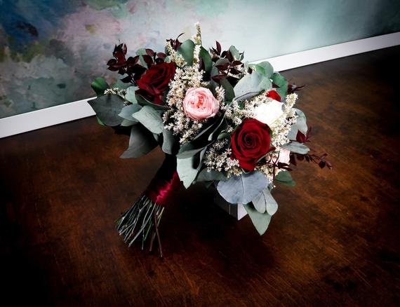 Mariage - Burgundy blush pink wedding bouquet with real preserved flowers and eucalyptus greenery, roses hydrangeas dahlia, realistic bridal flowers