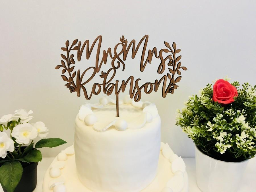 Mariage - Personalized Mr and Mrs Cake Topper Wood Calligraphy Rustic Wedding Cake Topper Laurel Wreath Last Name Custom Boho Bridal Shower Decoration