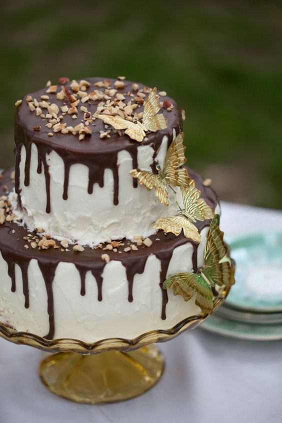 Hochzeit - Chocolate Drizzled White Wedding Cake