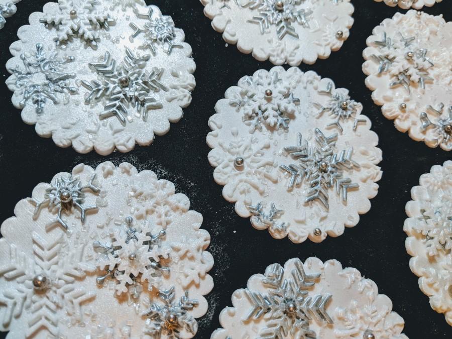 Свадьба - 24 Edible Snowflake cupcake toppers/ SPARKLY /Frozen /choose colors/ gum paste / fondant