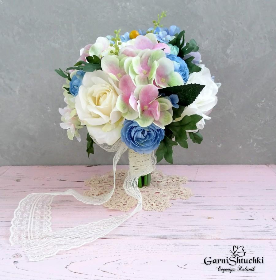 Mariage - Wedding bouquet of spring and summer flowers. beige roses. hydrangea. peonies. blue buttercup. round set of wedding flowers