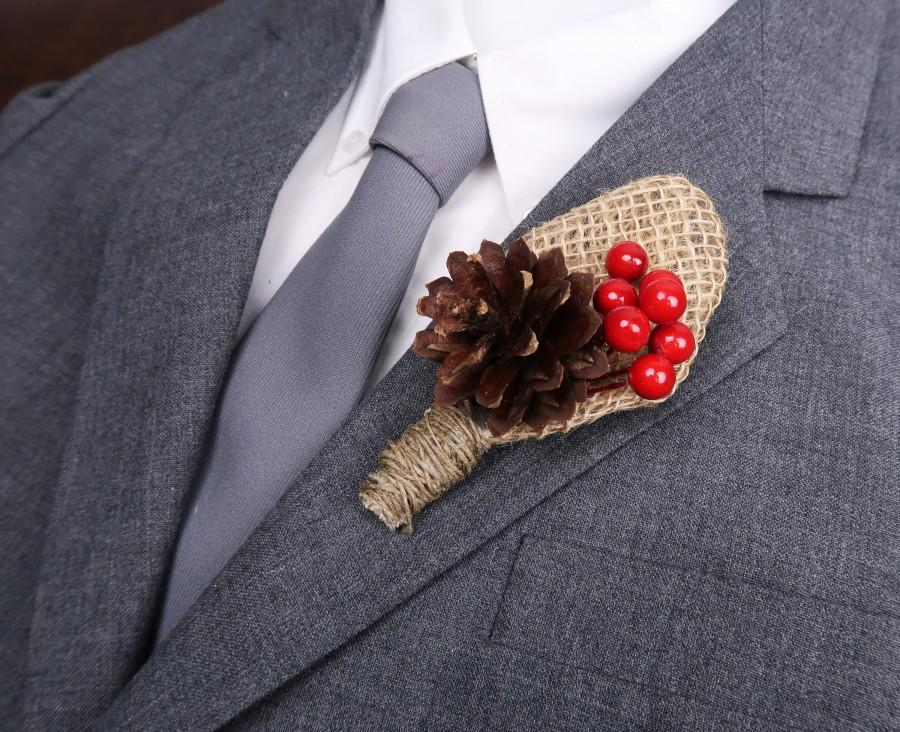 Свадьба - Winter wedding rustic pine cone burlap boutonniere with red berries, woodland wedding, Groom flowers