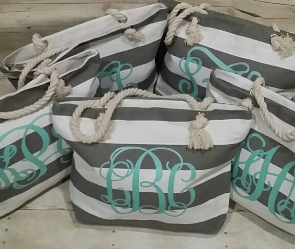 Свадьба - Set of 5 Monogrammed Beach Totes, Custom Bag, Wedding Gift, Bridal Party Gifts, Bridesmaid Tote, Personalized Bridesmaid Gift, Beach Bag