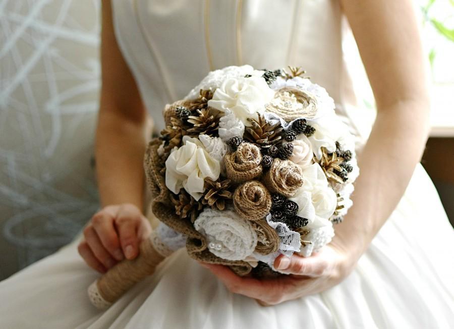 Mariage - Winter bouquet Rustic burlap bride Woodland wedding Boho bouquet Fall wedding Pine cone bouquet Bridal eco wedding Simple boho lace rustic