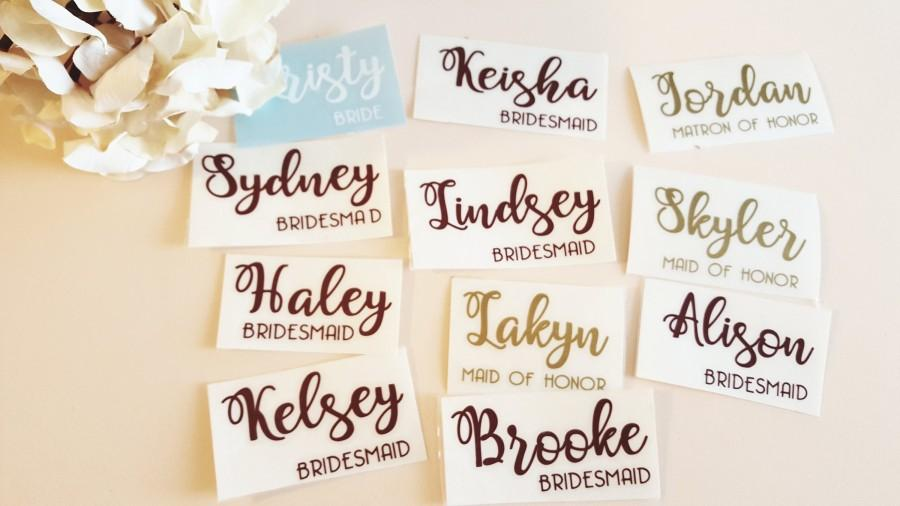 Mariage - Custom name vinyl decal for wedding hangers, champagne glass , Bridesmaid champagne flute vinyPersonalized Wine Glass Decal. wedding party