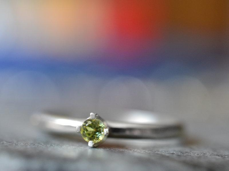 Mariage - Tiny Peridot Engagement Ring for Women, Minimalist Inscribed Simple Silver Band, Natural Green Stone, Personalised Engraved Jewelry