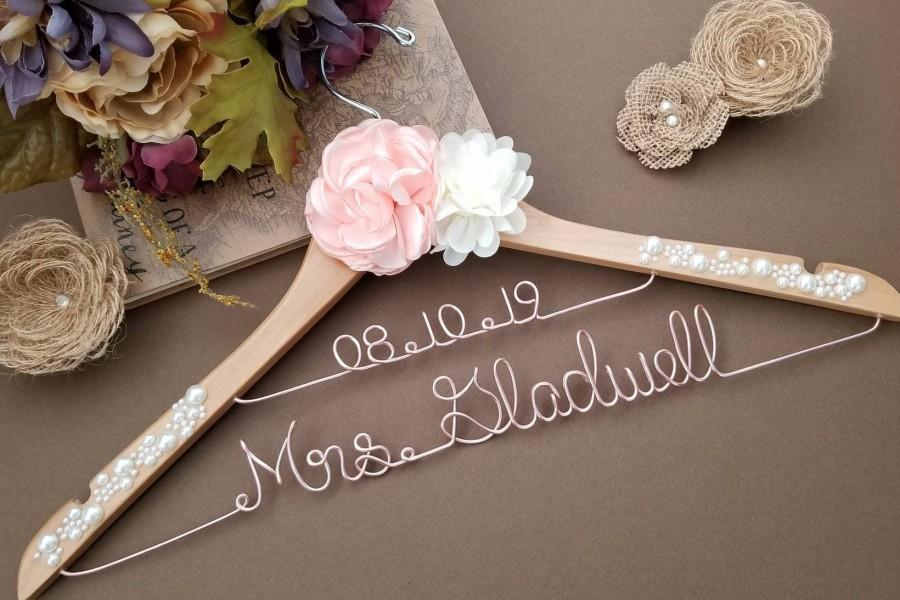 Mariage - Personalized Bride Hanger / Wedding Hanger /Bridesmaid gift / Bridal Hanger / Bridal Shower Gift / Bridal Party / Graduation Gift/