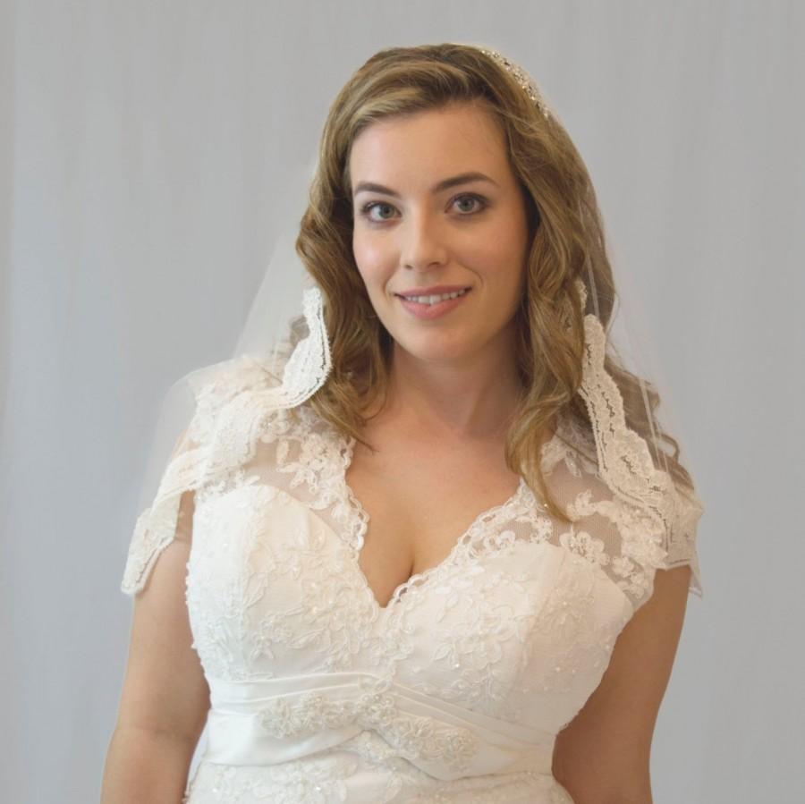 Свадьба - Short lace edged wedding veil, Ava, sale veil