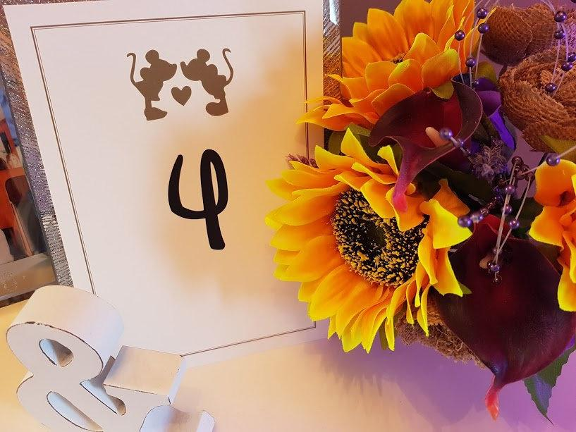 Mariage - DIGITAL DOWNLOAD Mickey and Minnie mouse Disney inspired A5 table numbers 1 to 12 set. A5 ivory and gold card. Perfect for weddings.