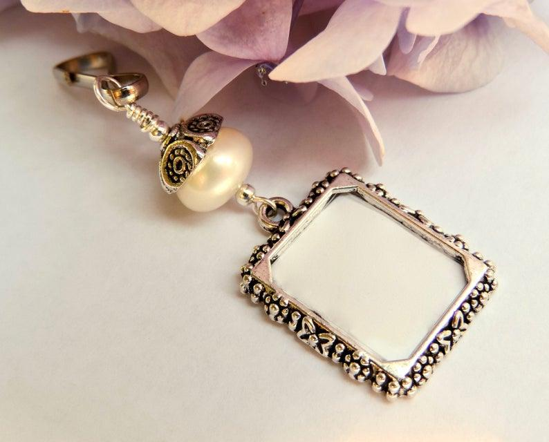 Свадьба - Wedding bouquet photo charm with freshwater pearl.