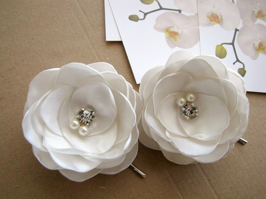 Mariage - Bridal hair pins with satin fabric flowers, floral hair accessories (set of 2 pcs) - IVORY BLOSSOMS (with rhinestones and pearls)