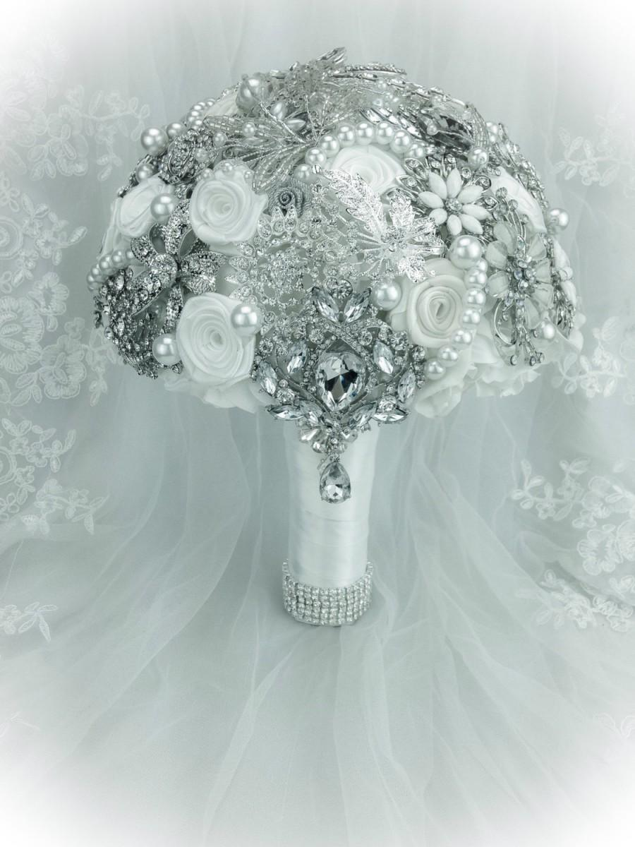 Mariage - Classic Rich White Ivory Wedding Brooch Bouquet. FULL PRICE on jeweled pearl bling bouquet in Off White shades and Silver. WINTER Wonderland