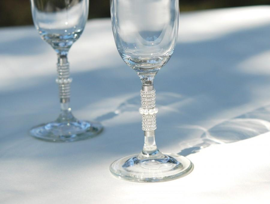 Свадьба - Champagne Flutes Beaded In Silver And Glass Pearl  Wedding Table Settings BUDGET BRIDE And GROOM Toasting Glasses