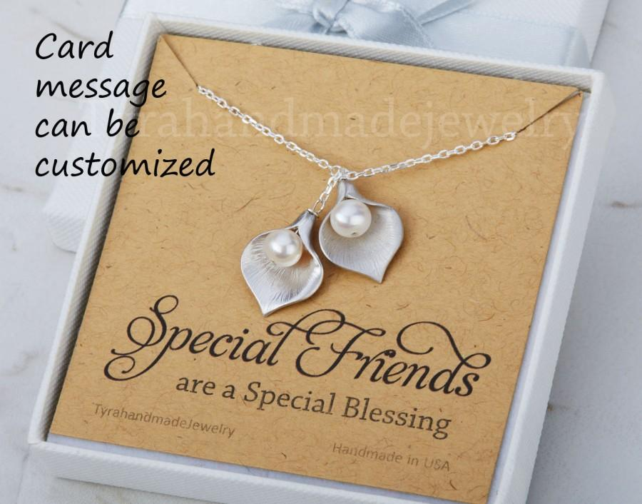 Mariage - Silver calla lily necklace,pearl lariat,pearl flower necklace,two sisters necklace,best friend gift,bridesmaid gift,birthday,custom quote