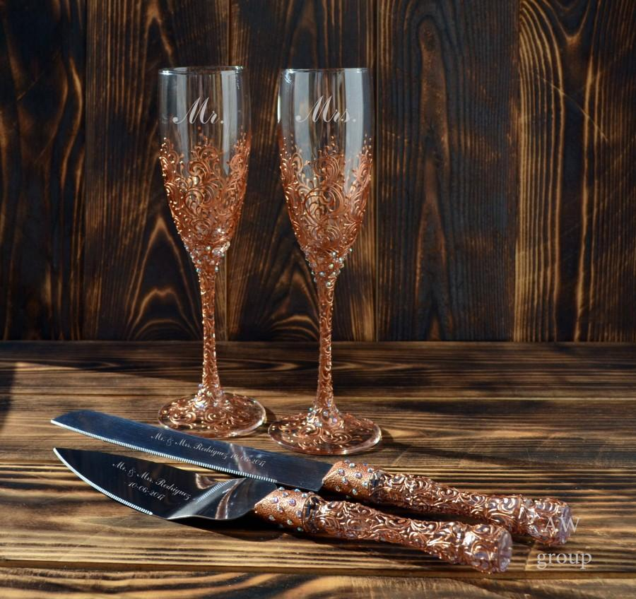 Свадьба - Wedding flutes and cake server set, champagne glasses copper, wedding toasting glasses, cake cutter, champagne flute Mr & Mrs